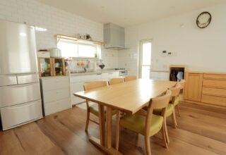 木+鉄の強い構造体が支える家族や友人が集う広々空間