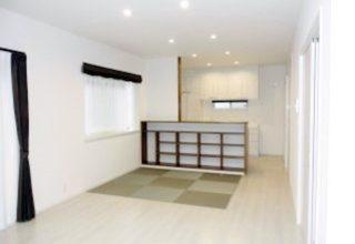 キッチン背面を利用した便利なリビング収納と、拘りのアクセントクロスの家。