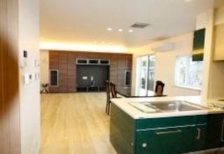 吹き抜け玄関ホールと、無垢の一枚木框や無垢壁材をあしらった、拘りの純和風住宅