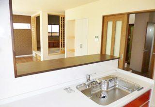 段差に腰かけて寛げる&収納スペースも確保!小上がり和室がある家