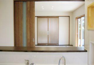 キッチンから仰ぐ、安らぎの和の空間。高天井から降り注ぐ光溢れる平屋の暮らし。