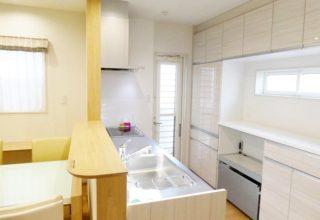 料理好きご主人の拘りは、ステンレス製シンクのキッチンと、勾配天井を活用したロフトのある家。